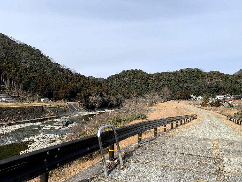 浄見原神社の参道までは広々とした土手道が続く