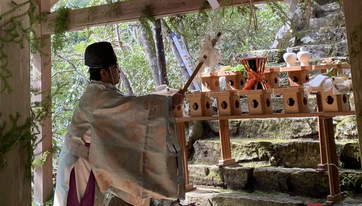 祭壇には神饌と国栖奏で使われる楽器が備えられている