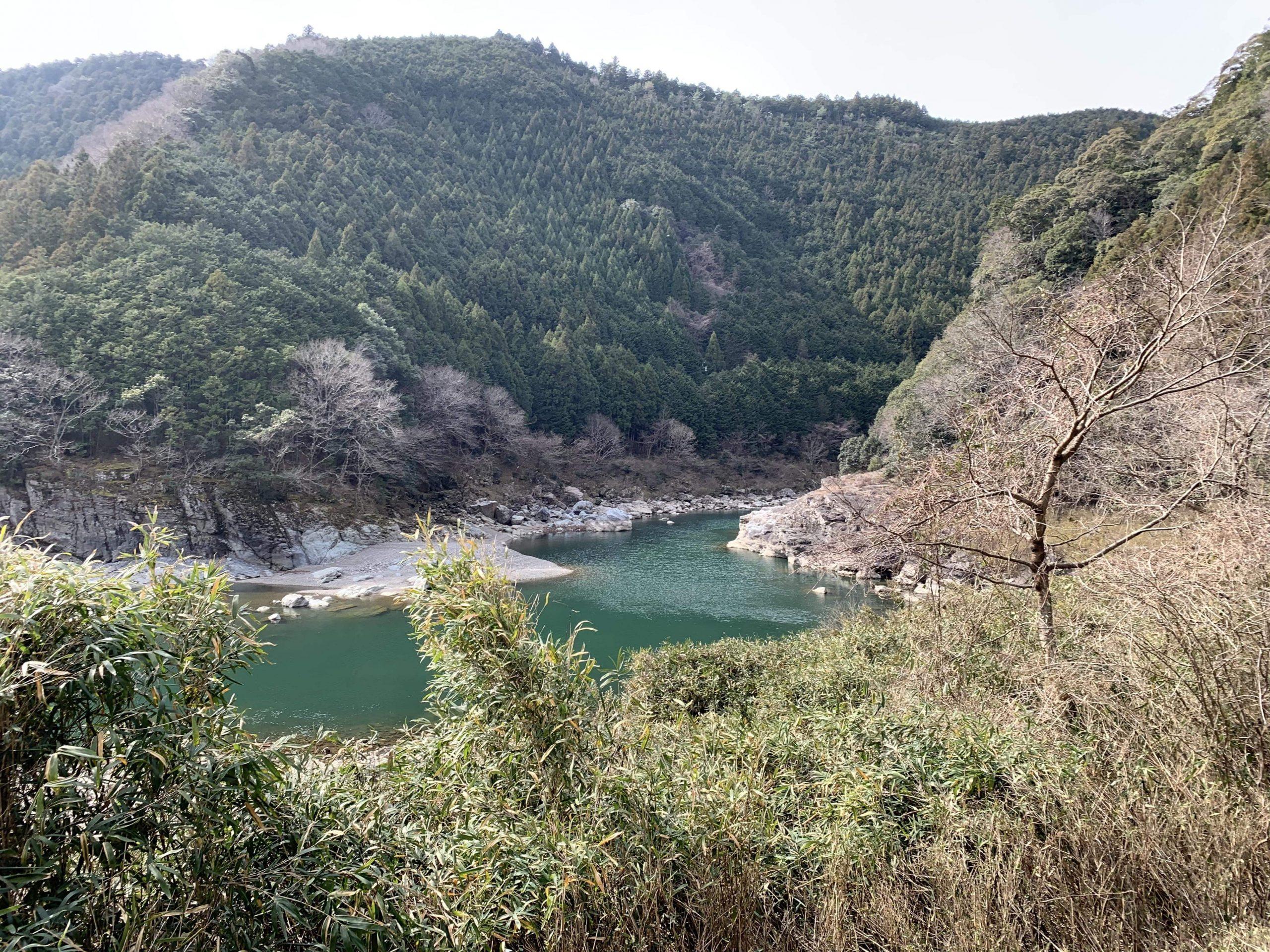 蛇行しひっそりと隠された聖地を作り出す吉野川